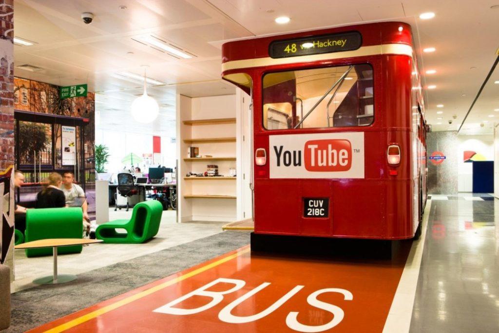 Google kantoor met branding in het interieur